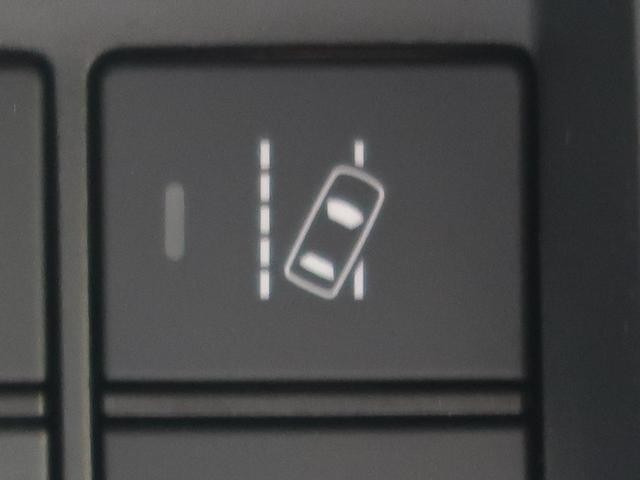 ●【路外逸脱抑制機能】単眼カメラで車線(実線・破線)を検知し、メーター内とステアリング振動の警告で注意を促すとともに、車線内に戻るようにステアリング操作を支援します。
