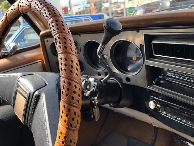 ハンドルには革巻きパーツを付け、インテリアにも走行性にも配慮した1台。助席から見えるこのアングル!映画のワンシーン様な1枚をあなたのものにできます!