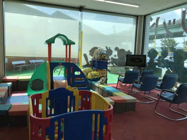 キッズスペース完備!お子様が遊べるスペーがあるのでお子様連れのお客様でも安心してゆっくりとお車選びができます♪スペース横にTVと椅子も設置しているのでお母様はお子様を見守りながらくつろげます♪