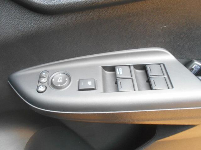 電動格納ミラー付。駐車時にミラーを動かそうと外に出る必要もなく、雨の日も運転席にいながらミラーの操作ができますよ。一度使うと手放せない装備ですよね。独自ローン有ります!0120−18−1190♪