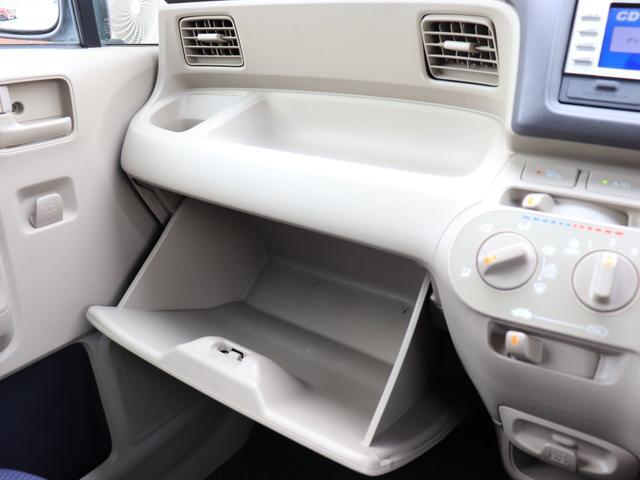 助手席側グローブボックスの上にもドリンクホルダーと便利な物置き付きで快適です♪