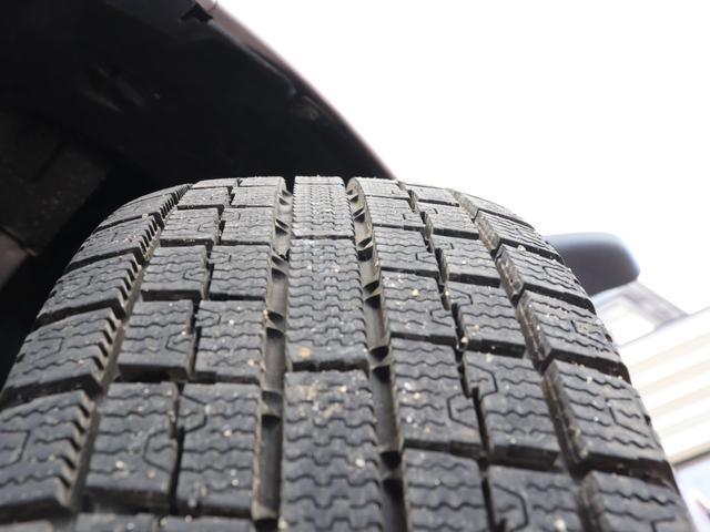 装着タイヤはスタッドレスです。タイヤの山も7分以上!安心のタイヤで楽しくドライブしてください♪