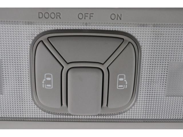 《 両側電動スライドドア 》小さなお子様でもボタン一つで楽々乗り降りできます♪駐車場で両手に荷物を抱えている時でもボタンを押せば自動で開いてくれますので、ご家族でのお買い物にもとっても便利な人気装備☆