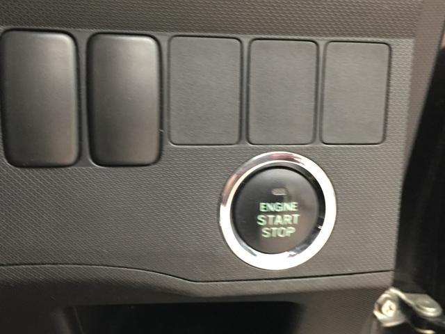 プッシュスターターです。鍵はポケットに入れたままボタンを押せばエンジン始動!