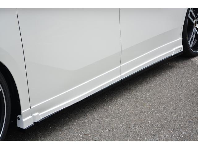 当社の展示車両は原則屋内展示ですので雨や砂の汚れ等なく快適にご覧いただけます。また、内外装ともに新車でありどの車両も最高のコンディションです。目の前のその輝きある車両のオーナーになりませんか?