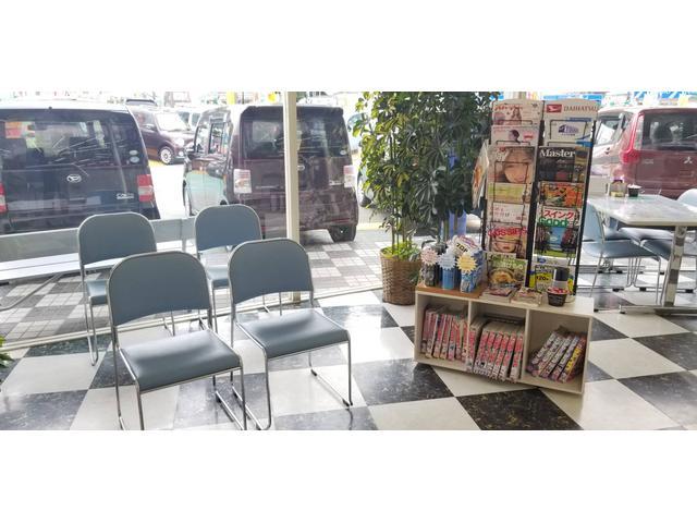 お待ち時間も退屈しないよう雑誌や漫画などをご用意しています。又、大型TVを設置♪ドリンクサービスなど店内でお客様にくつろいでいただけるように工夫しております♪0120-27-1190!