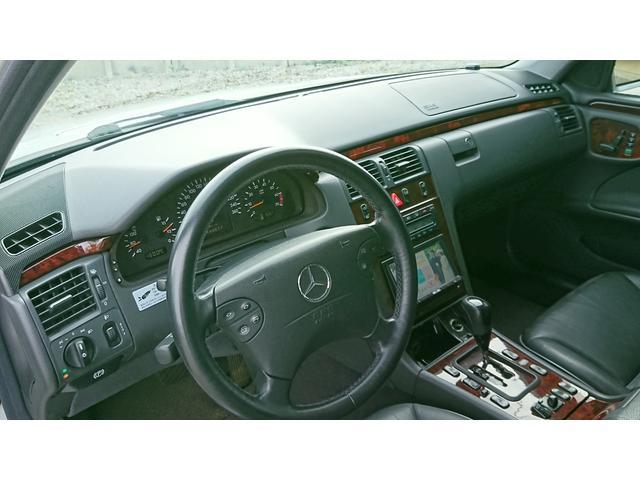 E320 4マチック 4WD 黒革 左ハンドル ディーラー車(8枚目)