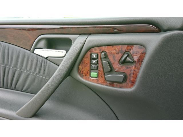 E320 4マチック 4WD 黒革 左ハンドル ディーラー車(12枚目)