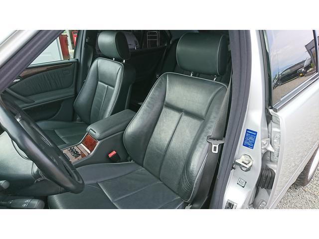 E320 4マチック 4WD 黒革 左ハンドル ディーラー車(13枚目)