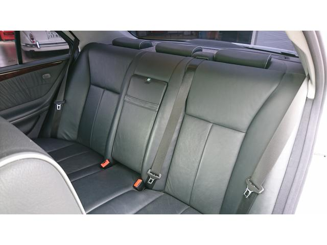E320 4マチック 4WD 黒革 左ハンドル ディーラー車(14枚目)