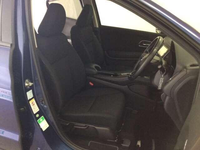 充分な広さを確保した、快適な前席シート!アームレスト付ですので、長距離ドライブでも楽々♪運転席にはシート高を調整できるハイトアジャスターも付いています♪