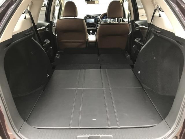 後部座席を倒すとフラットになり、大容量スペースが確保されます。