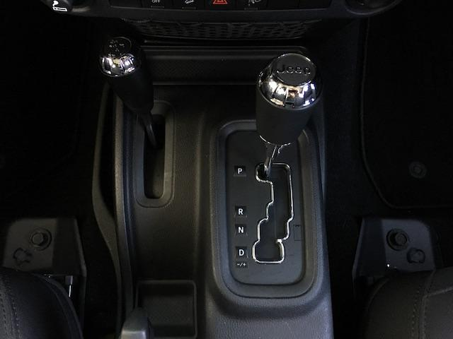 Jeepのロゴが入ったシフトノブです。2駆と4駆の切り替えが出来るので通常は2駆で走行することで、4WD特有の燃費の低下を避けることが出来るのと操舵性が良いです