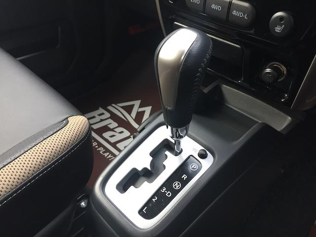 ランドベンチャー K3プレミアム2.5インチリフトUP&前後ショートバンパー&スキッドプレート&マフラー&サイドステップ ジオランダーM/T クオーレモジュレ合皮シート 前席シートヒーター 切替4WD CDオーディオ(11枚目)
