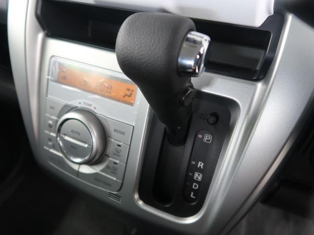 インパネにシフトレバーがございますので、運転席周りの見た目もすっきりしており開放感がございます。また、あいているスペースはゴミ箱等の物置スペースとしても使っていただけますよ♪