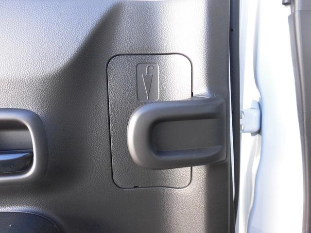 現行ワゴンRの特徴のひとつ。後部座席ドアには、収納に困ってしまう、傘専用の収納が左右にあります。