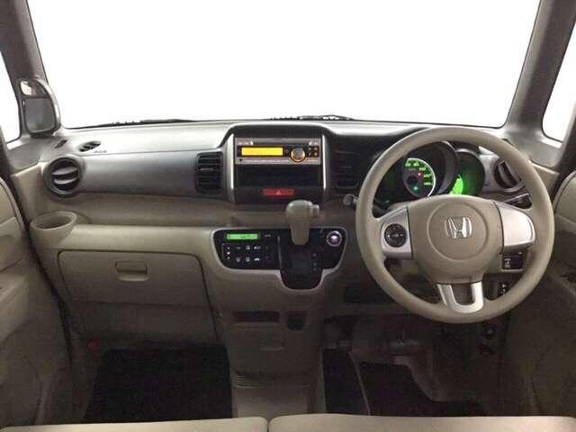【前方視界】開放的な前方視界!運転がしやすく疲れにくいです♪アイポイントが高く大きな窓で見晴らし良好。小柄な方にもとっても運転しやすいおクルマです。