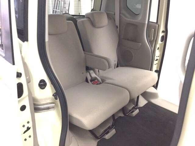 後席はゲストにおくつろぎいただくための空間。低床、アシストグリップ付きでご年配の方やお子様の乗降にも優しい造りになっています。開口部も広いので、お子様をチャイルドシートに乗せるのも楽々ですね♪