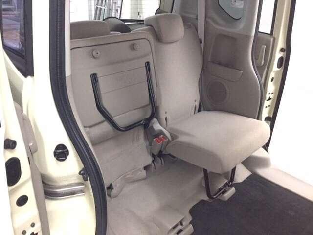 後席シートはアレンジ多彩☆座面を上げると高さのある荷室にも。後席はプライバシーガラス採用で室内高も140センチあるので、お出掛け先でのお子様のお着替えにもいいですね♪