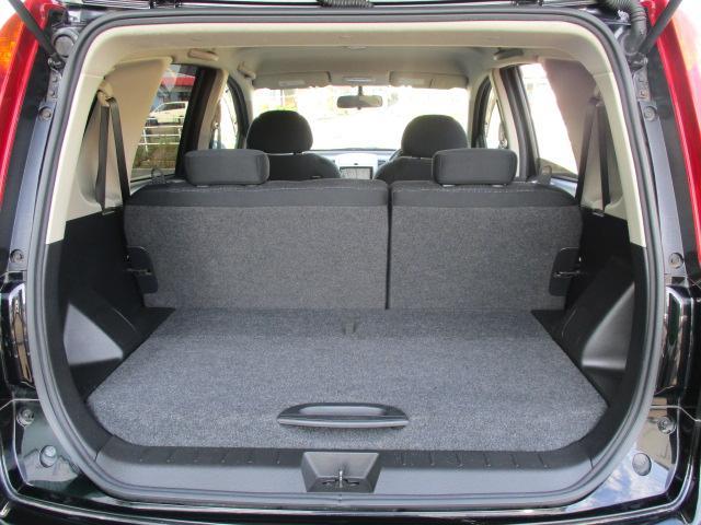 セカンドシートを使用している状態でもラゲージスペースは確保されておりますので、楽に荷物を積む事が出来ます!片側のシートだけ倒して長めの荷物などを積むなど、荷物に合わせてシートアレンジが可能です!