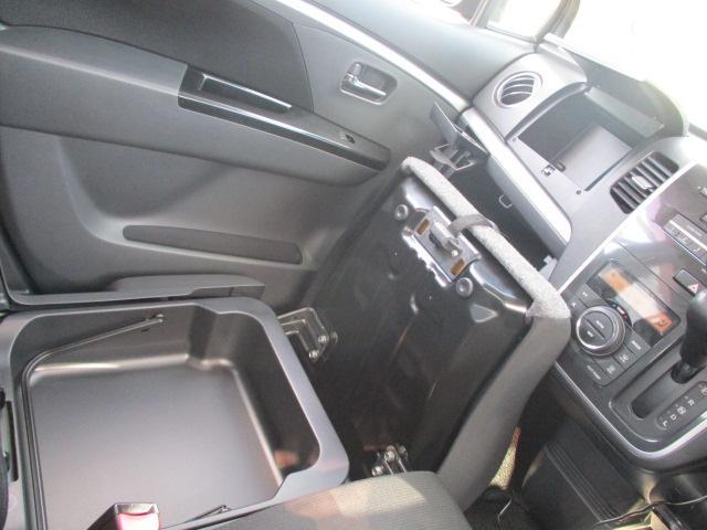 フロントシート周辺には小物を収納しておけるスペースがたくさんあります!特に助手席の座面を上げると収納スペースは広めに用意されております!