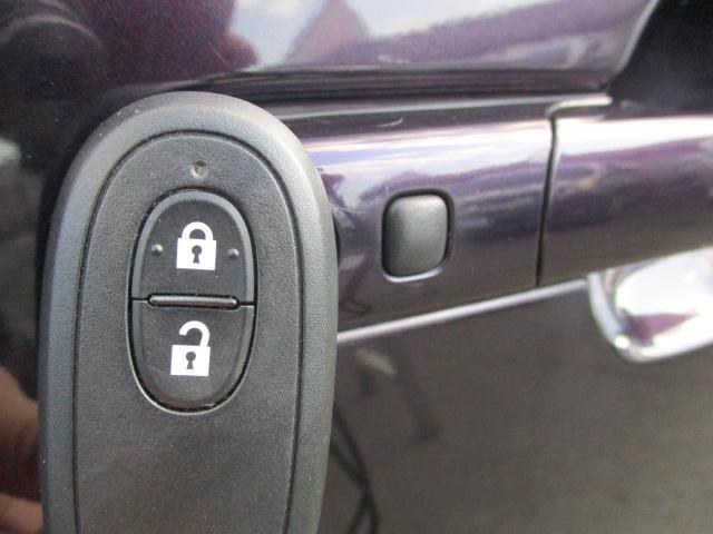 スマートキーが装備されている場合ですと、リモコンを近くに持っている状態で、ドアに付いているボタンを押すだけでドアの鍵を開けたり閉めたりする事ができます!便利な機能の一つです!