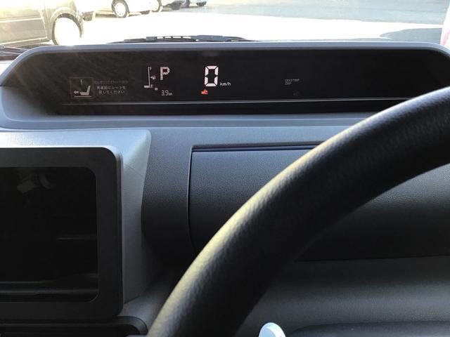 速度はデジタル表示で見やすいですね。燃費のいい運転をすると、イルミネーションがグリーンになります。グリーンの状態を長く保つだけで、上手にエコドライブができます。
