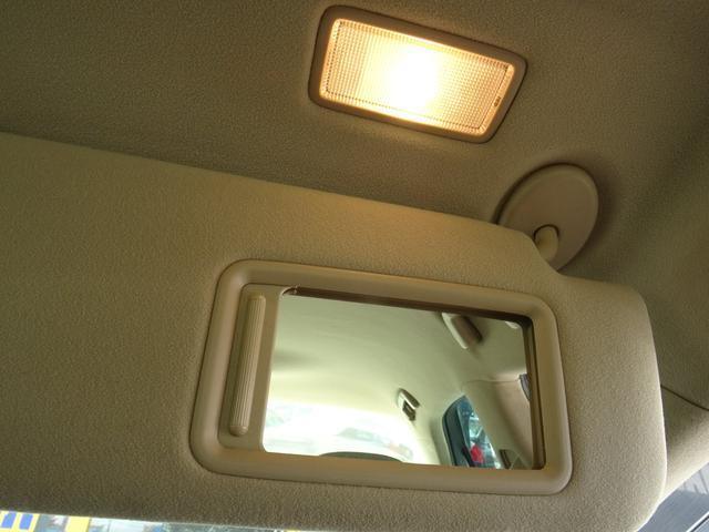運転席・助手席のバイザーに鏡が付いております!