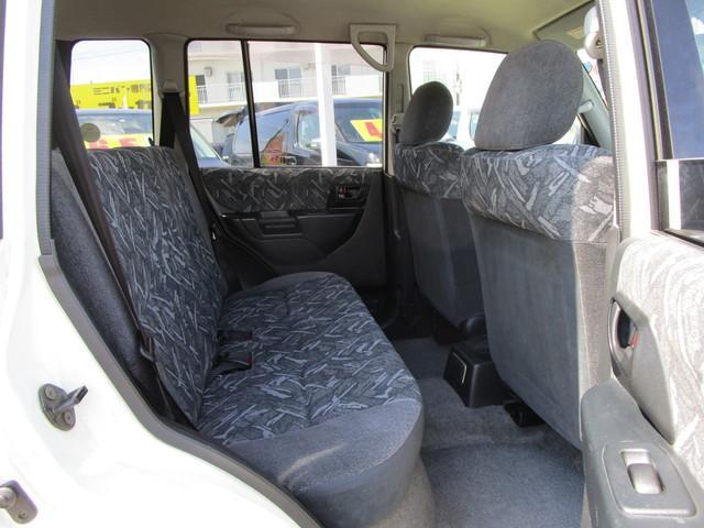 後部座席もそこそこの広さを備えています!大人4人で乗っても気になりません!