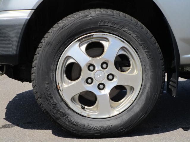 タイヤとアルミホイールの写真です。サイズは215/70R16です。アルミホイールは純正です!