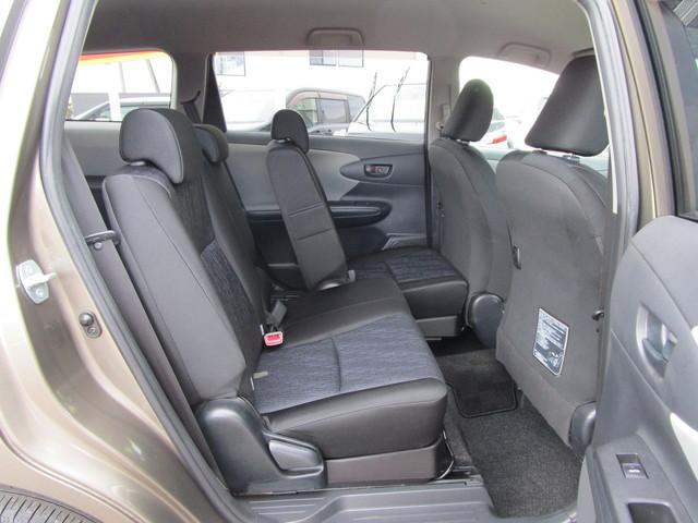 後部座席は左右分割式なので独立して前後調節が出来ますよ。