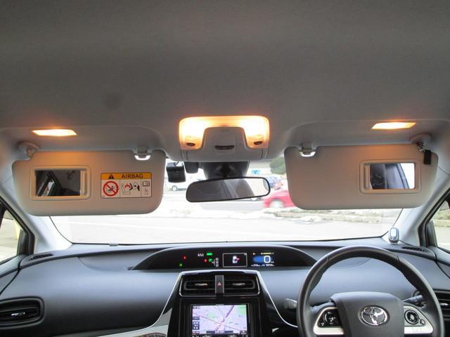運転席と助手席のサンバイザーにバニティミラーが内蔵されています!お化粧直しやちょっとしたチェックにも役に立ちますよ♪