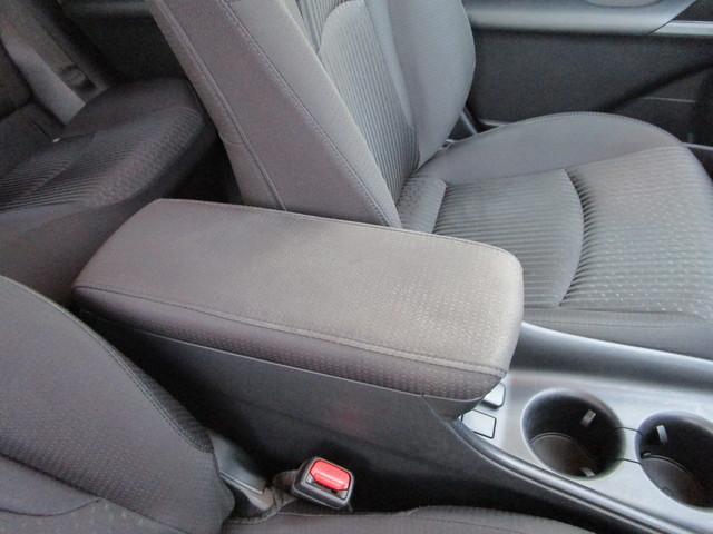 運転席と助手席の間には肘掛け兼小物入れとドリンクホルダーがあります!肘掛けがあればロングドライブでも疲れにくいですよ!