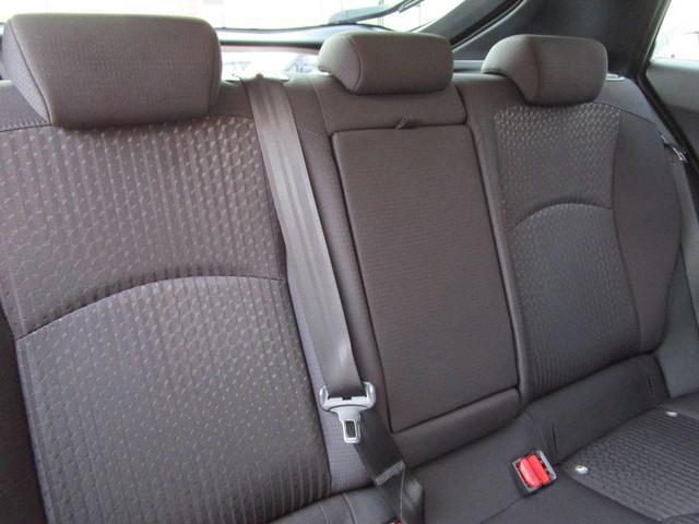落ち着いたデザインのシートが上質さを際立たせています。後部座席真ん中には肘掛けも備わっています。