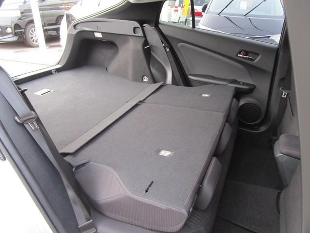後部座席を倒すとトランクルームと繋がります。この状態なら多少大きな荷物を積むときも困りません!