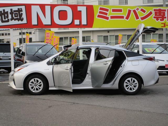 左側面のドアを開けた状態です。開口部が広いので、ハッチバックセダンの車高と相まって非常に乗りやすいです!