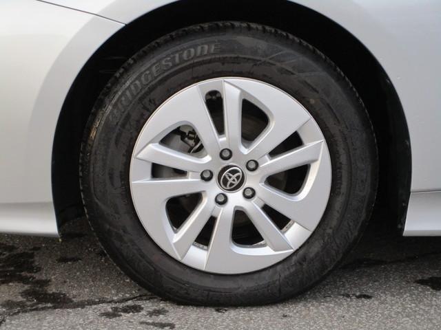 純正のアルミホイールにホイールカバーが付いています。タイヤサイズは195/65R15です。