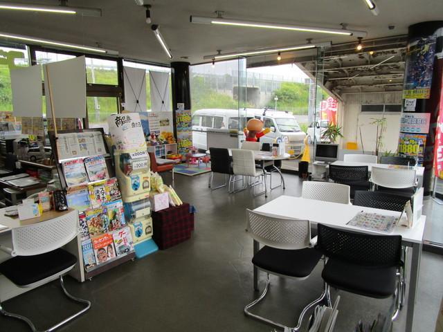 06.店内は開放的で明るい商談スペースとなっております。各種ドリンクも取り揃えておりますので、お気軽にご来店くださいませ♪