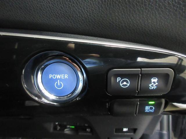 スマートキーをバッグやポケットに携帯していればキーを出さずにブレーキを踏みながらパワースイッチを押すだけでハイブリッドシステムが作動します