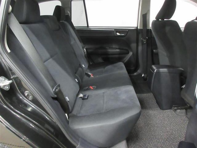 大人がしっかり座れる幅広シート。 後席でも見晴らしの良い視界を確保しています。