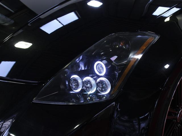 ヘッドライはブラックアウトされ4連プロジェクターイカリングライト加工し純正とは一味違う印象に変わりました。純正とは段違いに格好の良いクールな目つきになりました。