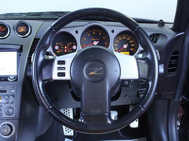 ステアリングは、握りやすいガングリップの形状をしております。細かい箇所にもスポーツカーのこだわりが現れています。
