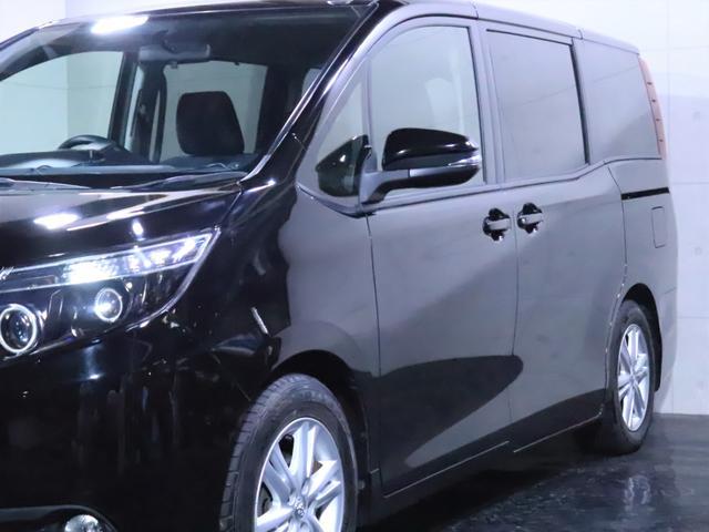 サイドビュー。艶のあるボディの光沢に注目してください。リアガラスは車内のプライバシーを守り、黒の車体の魅力も上げるスモークガラスです。
