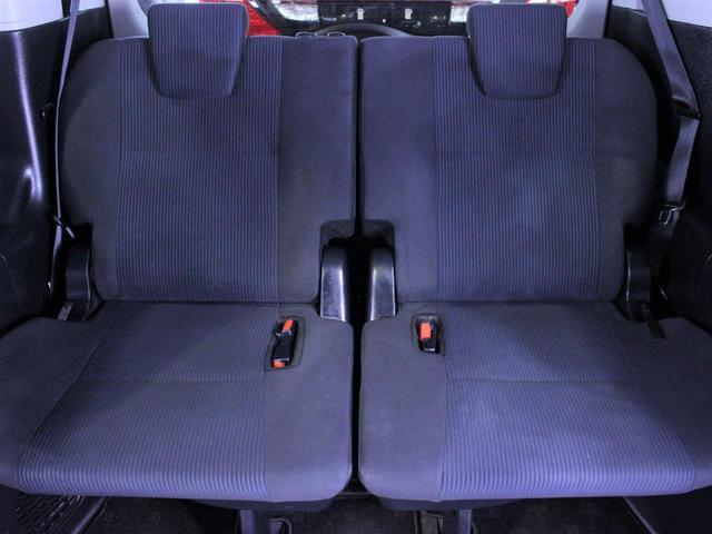 サードシートはワンタッチの簡単操作で跳ね上がり様々なシートアレンジが可能です。