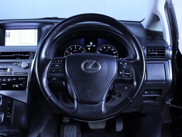 本革巻きステアリング。ドライビングに集中できる運転環境です。
