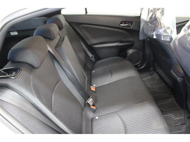 後席も座面を長くとりゆったりとくつろげます。