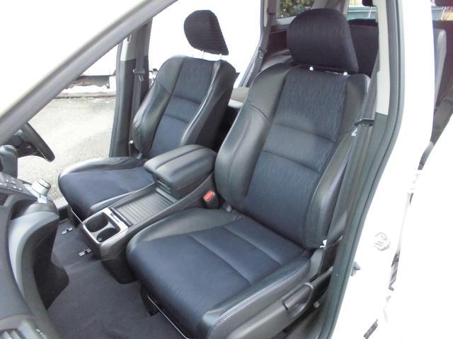 足元もゆったり、車内も広々快適です★助手席への移動も楽々可能です!