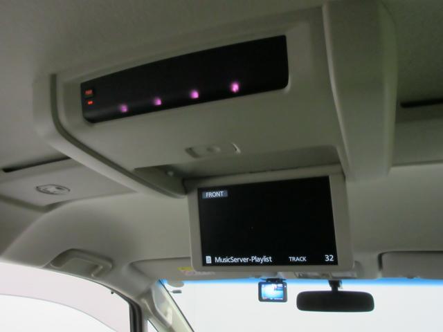 後席天井にフリップダウンモニターが付いていますのでナビを使いながら後部座席ではTVやDVDの映像をお楽しみいただけます♪