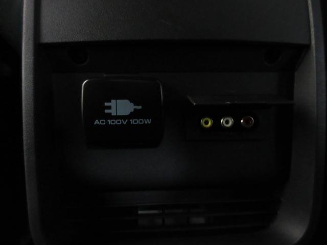 フロアコンソール後部に外部入力端子とAC100Vのコンセントが装備されています。