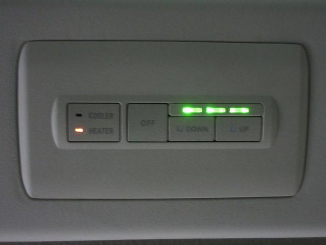 後部座席でもエアコンの風量や冷暖房を切り替え出来るコントローラーが付いているので後部座席も快適にお過ごしいただけますよ♪
